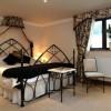 Как обустроить спальню в готическом стиле