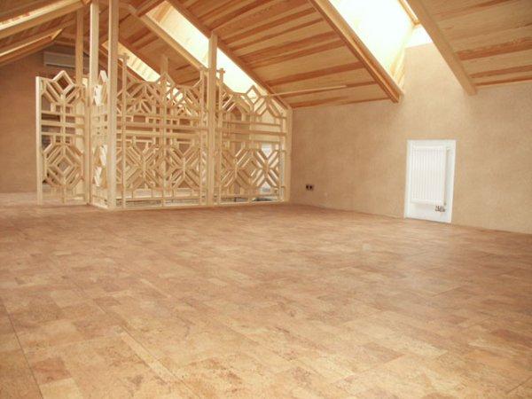 Готовый пол из пробкового покрытия на втором этаже загородного дома