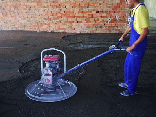 Подготовка пола в здании с помощью виброплиты