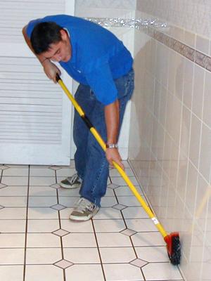 Процесс очистки керамической плитки