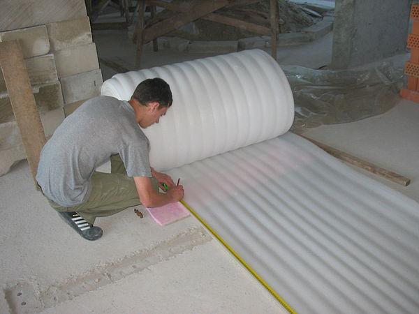 Утепление напольного покрытия с помощью специального материала