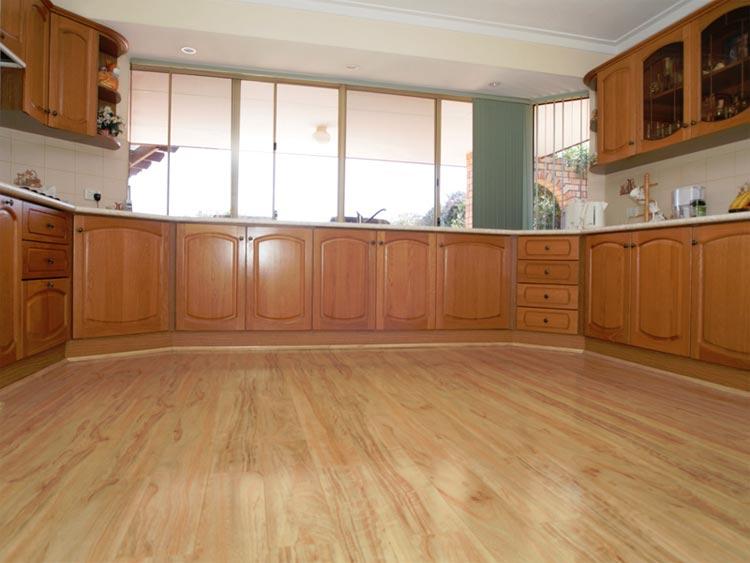 Готовый пол из ламината в кухне